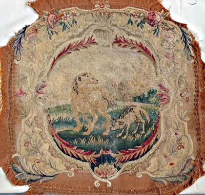 Restauration d'une série de 4 sièges en tapisserie dont les dossiers et assises illustrent 8 différentes fables de Lafontaine