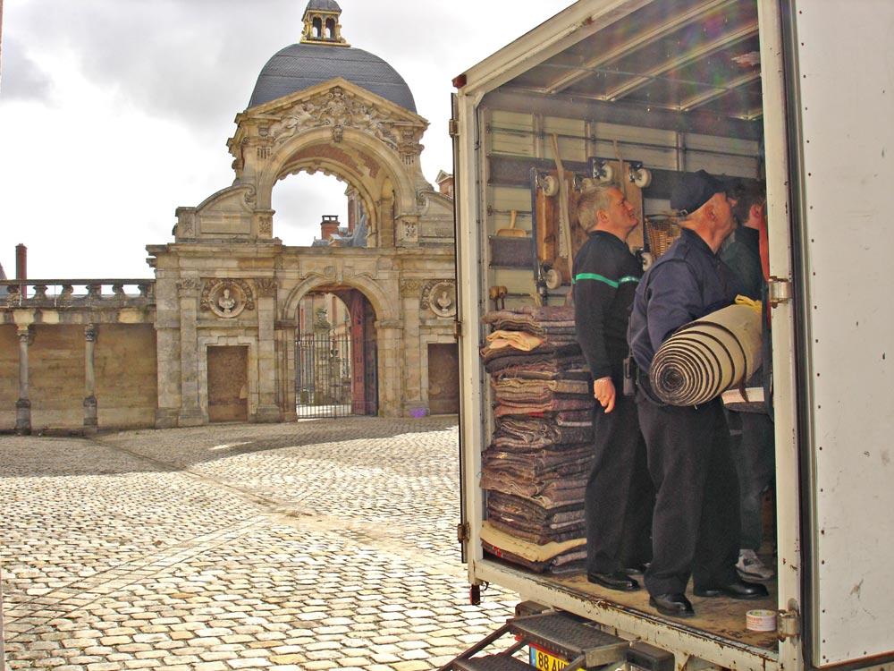 Transport d'un tapis au château de Fontainebleau.