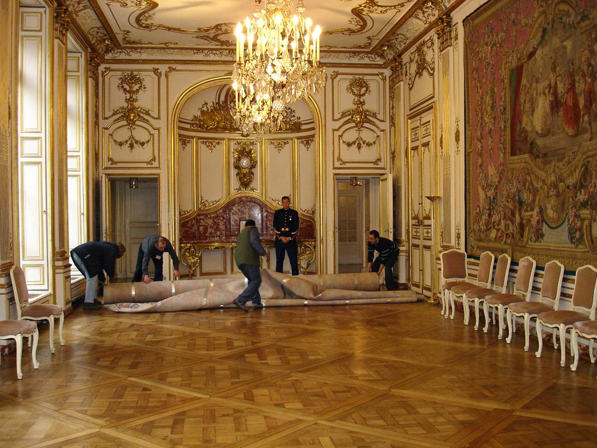 Après nettoyage d'un tapis, repose à l'Hôtel de Matignon