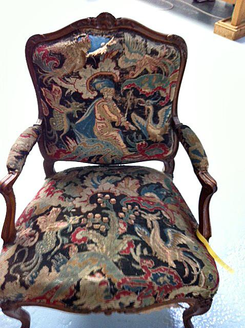Cabriolet Louis XV recouvert d'une tapisserie au point sur canevas. Avant restauration.