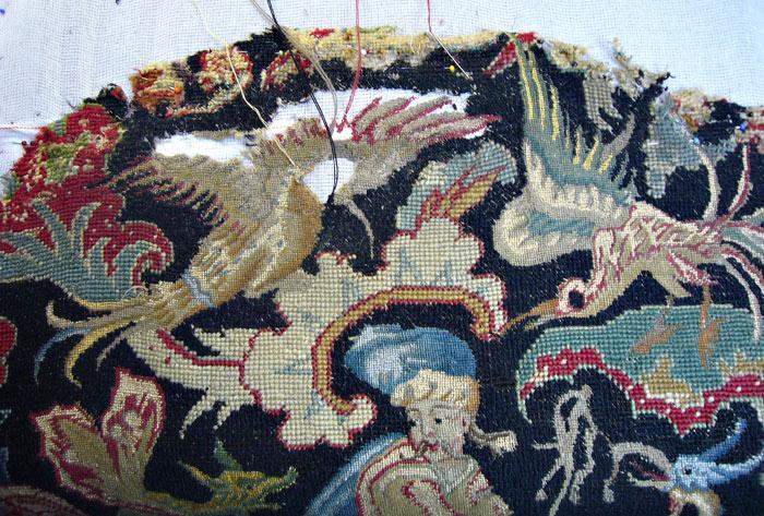 Détail de la tapisserie en cours de restauration.
