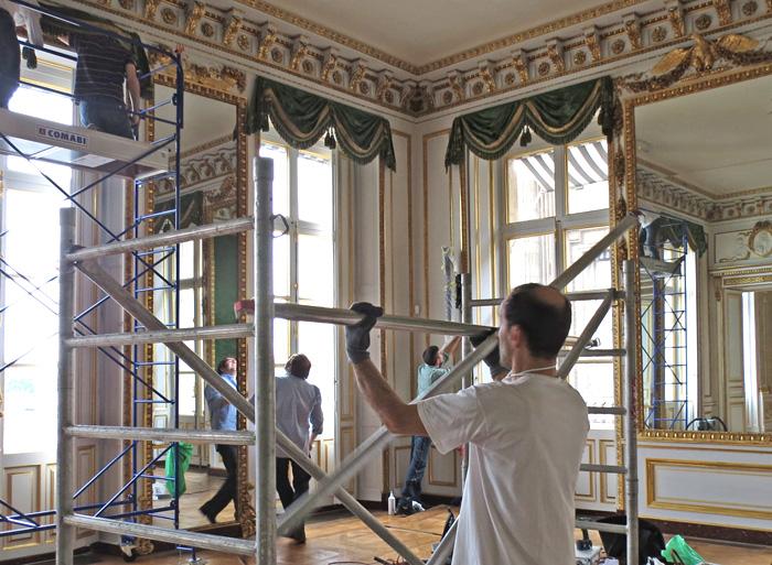 Dépoussiérage des décors sculptés (18e et 19e siècle) et rideaux dans dix pièces du Marshall Center (ambassade des USA à Paris)