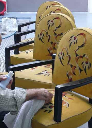 Nettoyage à domicile de fauteuils bridge de style Art Déco, signés de l'ébéniste Jules Leleu, recouverts d'une tapisserie de lisse.