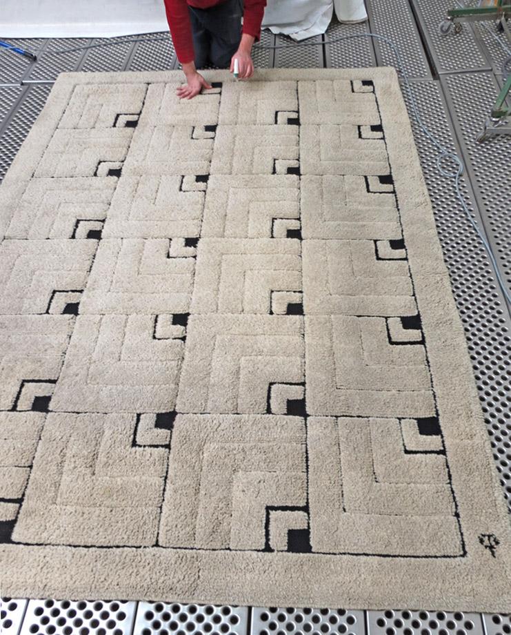 Intervention manuelle pour la précision du nettoyage d'un tapis