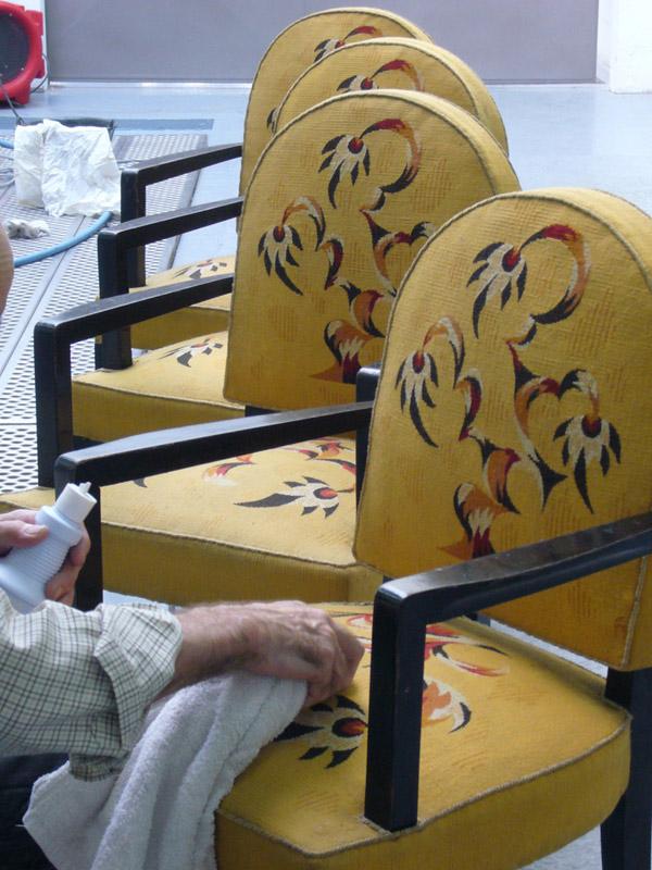 Entretien de fauteuils bridge de style Art Déco, signés de l'ébéniste Jules Leleu, recouverts d'une tapisserie de lisse.