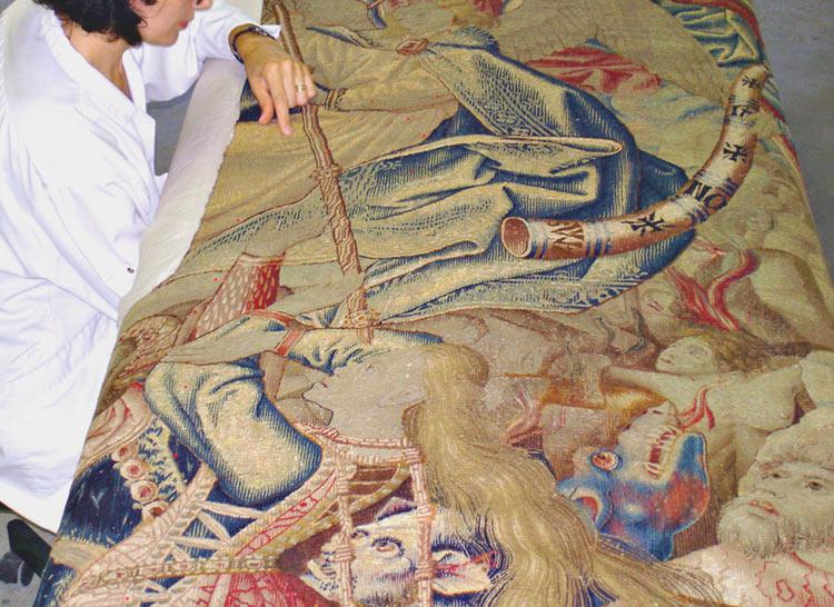 """Travail de restauration sur la tapisserie du """"Jugement dernier"""". Pays-Bas, début XVIe. Musée du Louvre."""