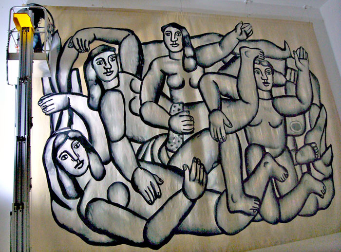 Nettoyage d'une tapisserie monumentale au Musée Fernand Léger.