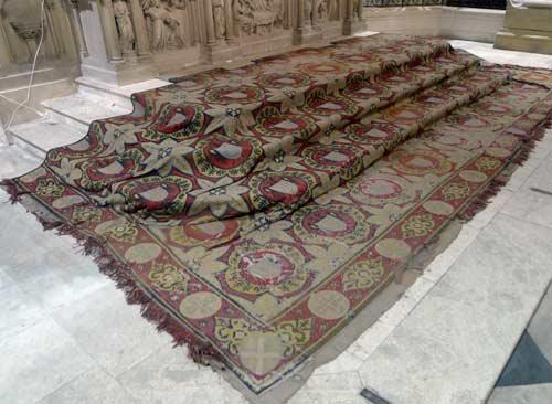Conservation-restauration d'un tapis de chœur, église Saint Julien, Tours. Couvrant entièrement les trois marches au pieds de l'autel de l'église il est très usé et présente d'importantes lacunes.