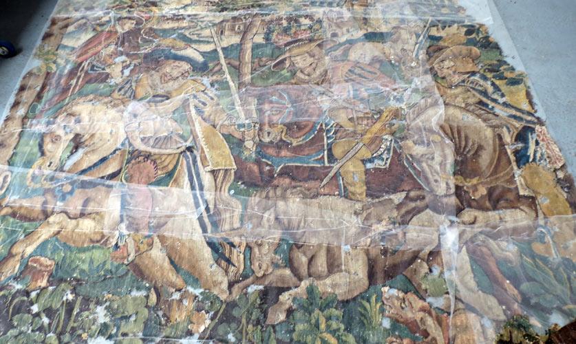 Nettoyage d'une tapisserie d'Aubusson avant traitement en conservation
