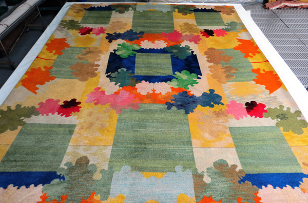 Nettoyage en atelier d'un tapis tissé au point de Savonnerie (Compiègne)